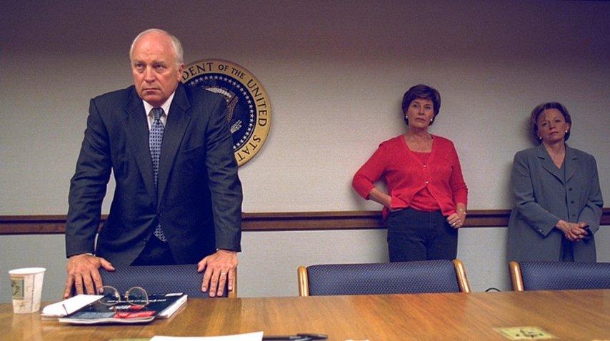 Cheney, con Laura Buch y Lynne Cheney de fondo<br>