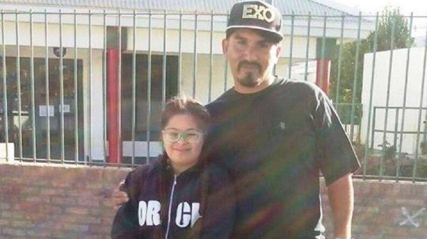 Camila con Víctor Cárcamo, quien encontró sus patines en un contenedor. <br>