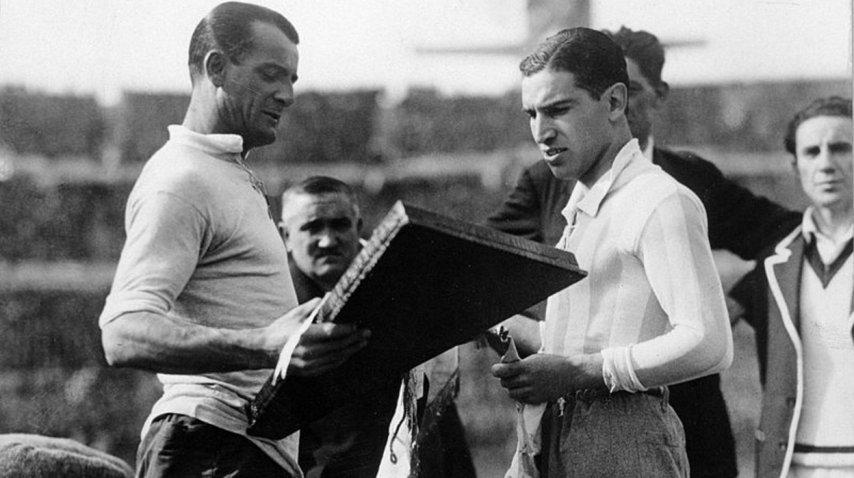 El capitán uruguayo José Nasazzi intercambia banderines con su par argentino Manuel Ferreira antes de jugar la final de 1930<br>