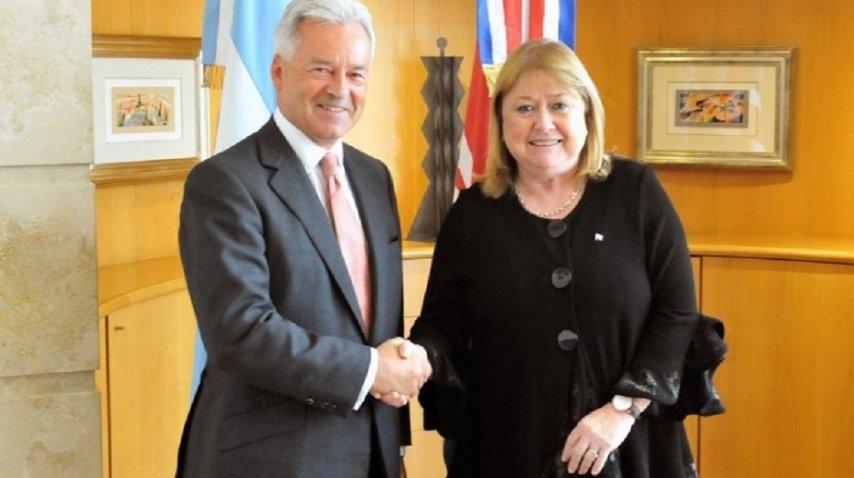 Susana Malcorra tras la firma del acuerdo sobre cooperación en Malvinas con el vicecanciller británico, Alan Duncan.