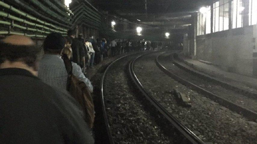 Los pasajeros tuvieron que caminar por las vías<br>