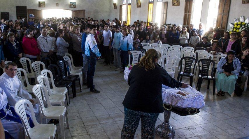 Miles se acercaron a despedir los restos del cura Viroche<br>