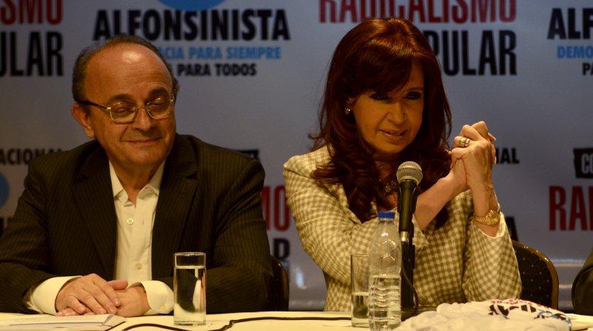 Cristina Kirchner haciendo el saludo que popularizó Raúl Alfonsín en las elecciones de 1983 junto a Leopoldo Moreau