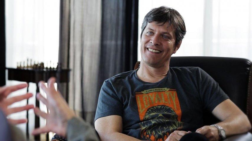 Mario Pergolini durante la entrevista al Indio Solari que es parte del documental Tsunami