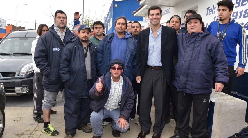 Juan Manuel Urtubey con trabajadores del puerto de Mar del Plata