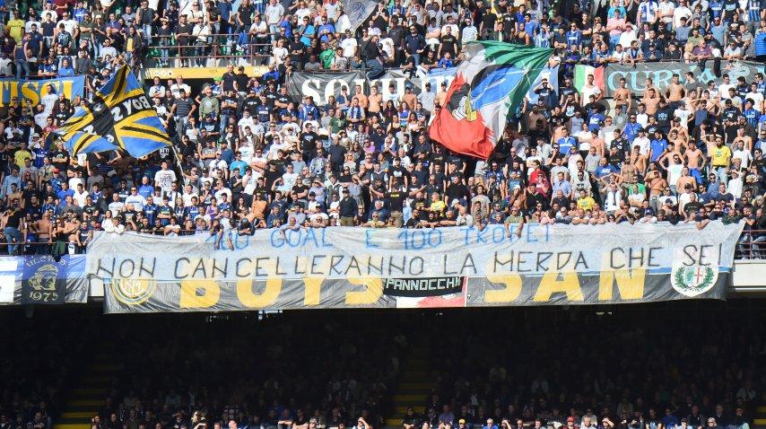 Una de las banderas que los hinchas del Inter colgaron en el San Siro. <br>