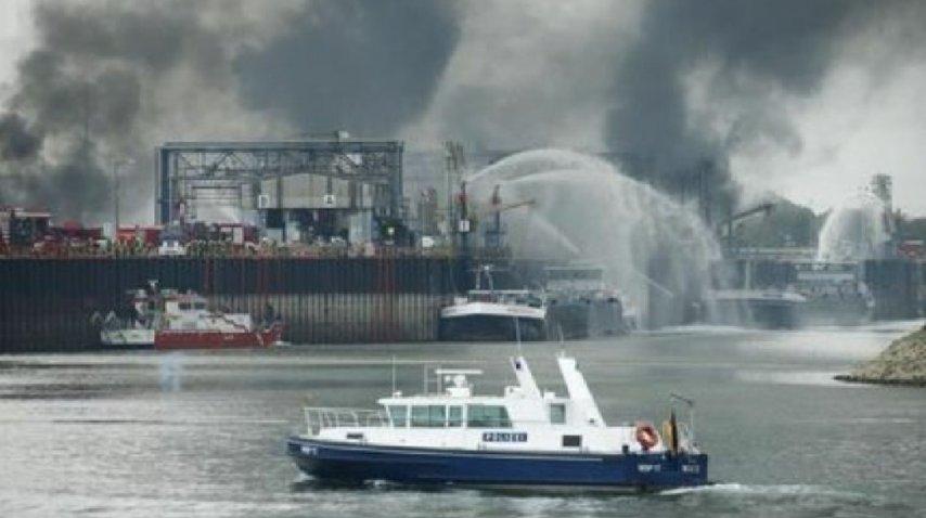 <i>Desde el agua los bomberos trabajan con barcos hidrantes para contener las llamas</i><br>