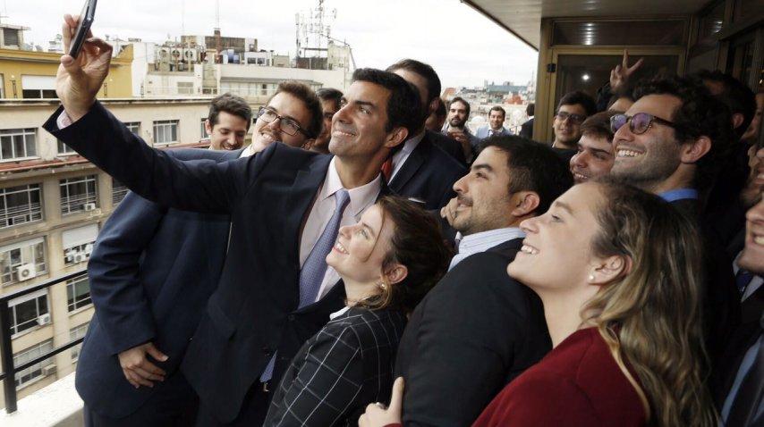 <p>Juan Manuel Urtubey con estudiantes de la FURP</p><p></p><p></p>