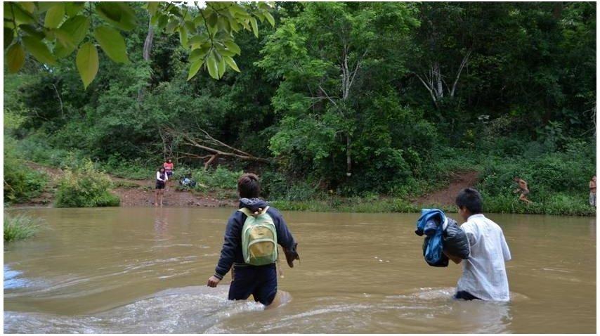 Los chicos de la comunidad mbya cruzan el arroyo a nado todos los días para ir a la escuela. Foto: Blas Martínez.