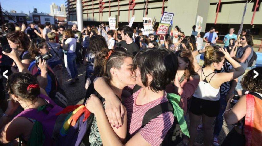 Besazo masivo en c rdoba contra el acoso policial a for Lavoz del interior cordoba