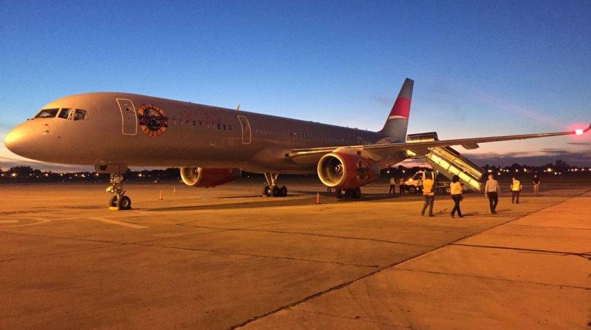 El avión privado de los Guns N' Roses en la pista de aterrizaje del Aeropuerto Internacional Islas Malvinas de Rosario
