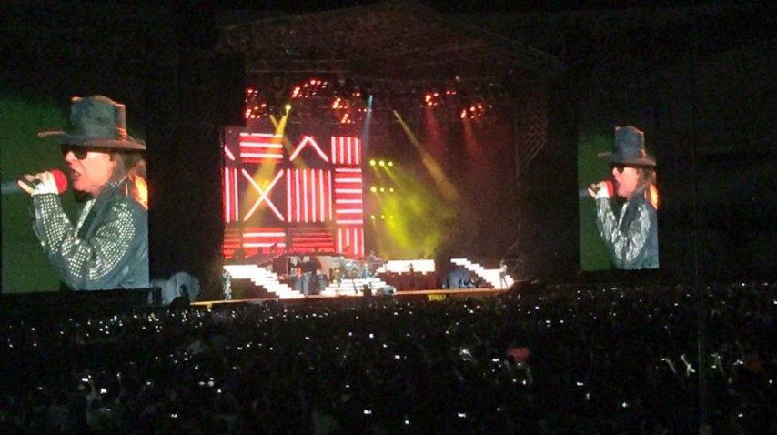 Axl Rose cantando en el escenario de River