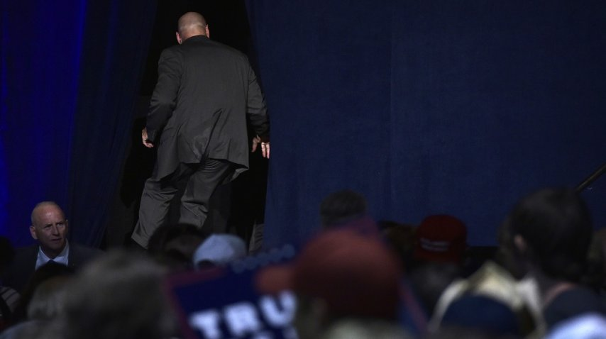Trump fue evacuado del escenario por un incidente con uno de los asistentes