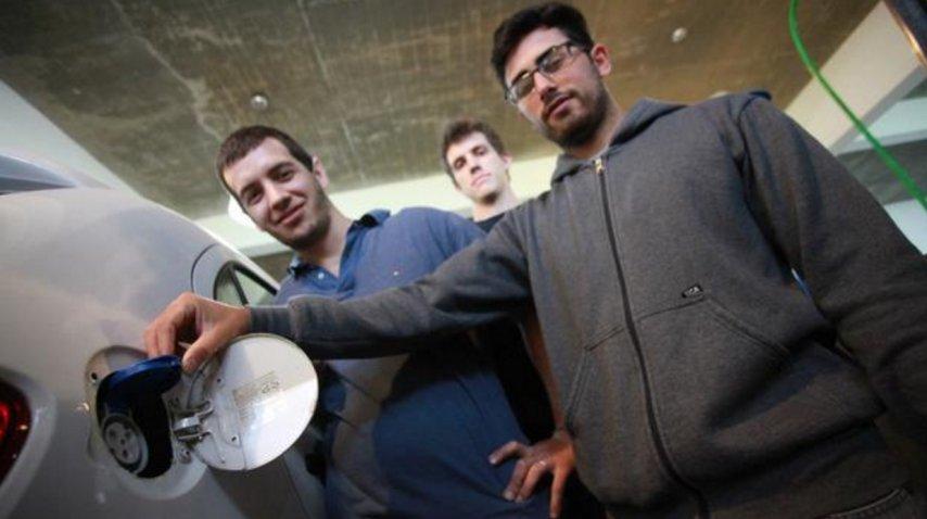 Tomás y su equipo trabajando en la UNLP con el VW Gol modificado (Foto: gentileza diario <i>El Día</i>)<br><br><br>