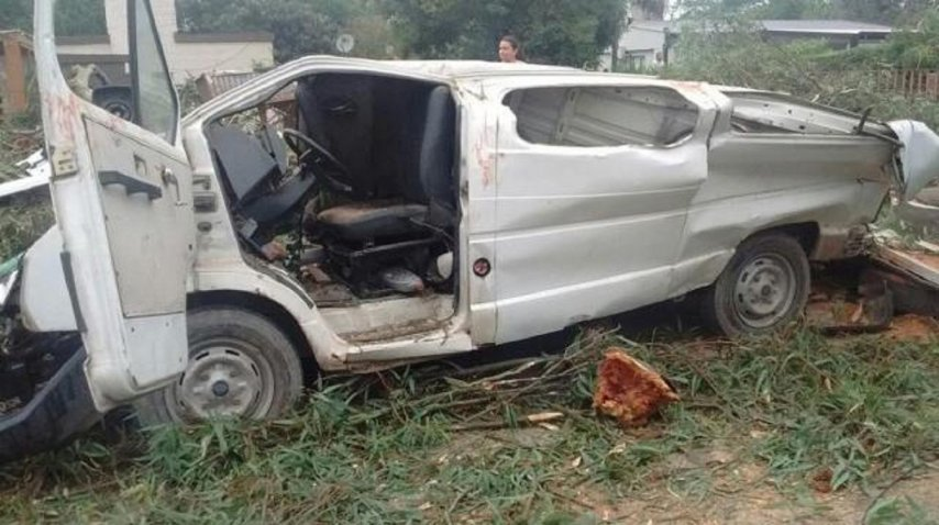 <p>Un árbol gigante cayó sobre una camioneta y mató a un nene - Crédito: La Gaceta de Tucumán</p><p></p>