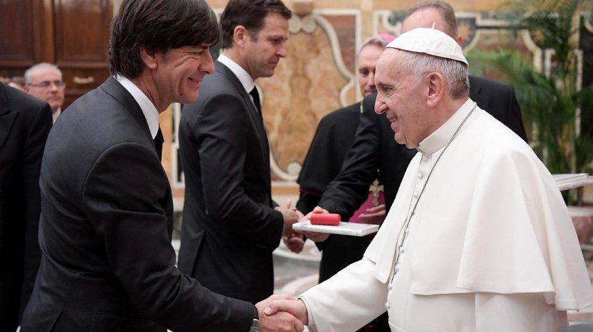 El DT Löw y su apretón de manos con el Papa