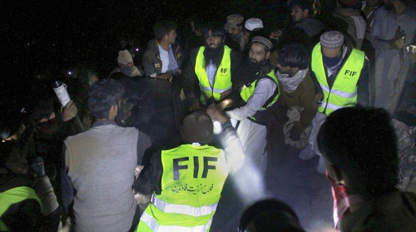 Rescate de cuerpos de avión estrellado en Pakistán