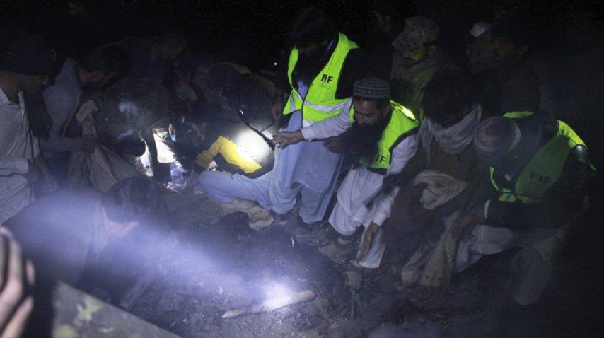 Rescate de cuerpos avión estrellado en Pakistán