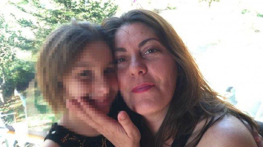 Nadia junto a su madre