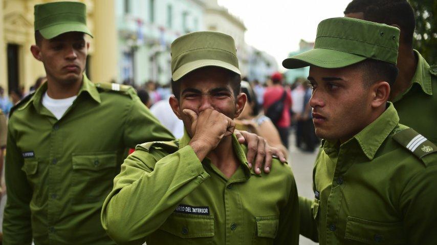 <p>Soldados cubanos lloran la muerte del líder Fidel Castro</p>