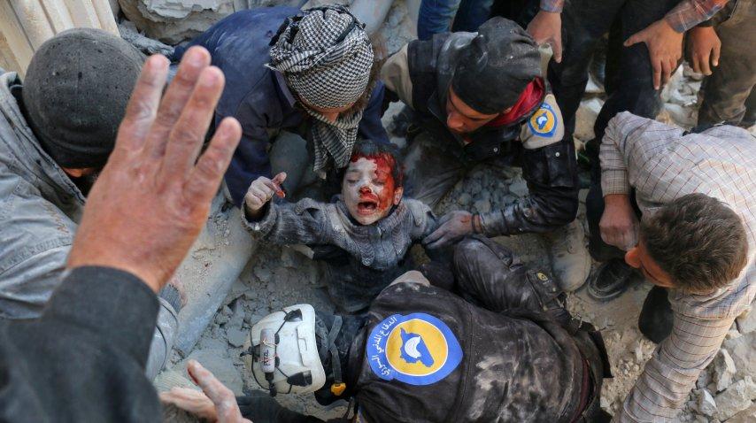<p>Rescate de un niño sirio de los escombros</p>