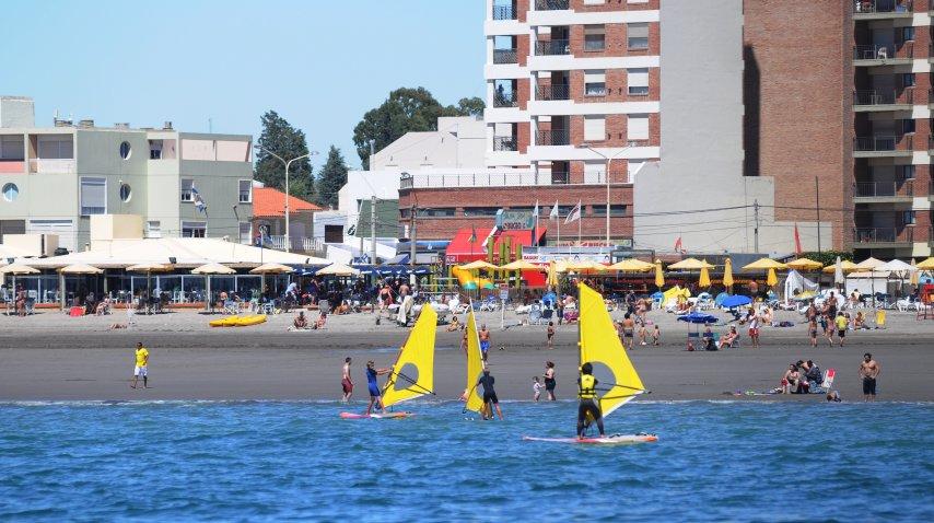 Cada vez son más los que se animan a su primera experiencia en el windsurf