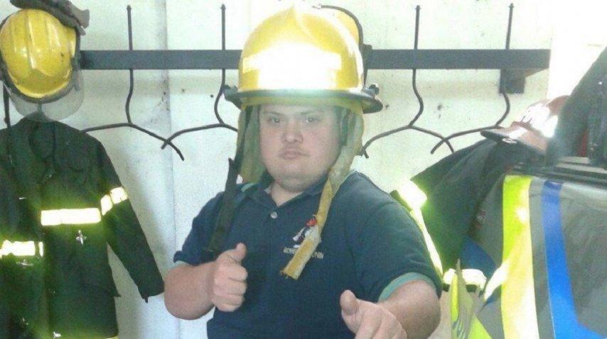 Alvaro Lafarge Sánchez con su atuendo de bombero, listo para salir a asistir a sus semejantes