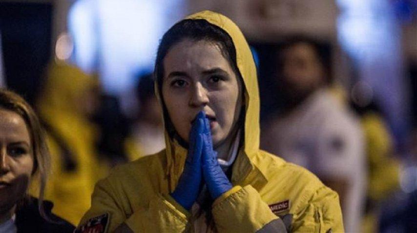Una mujer reza tras el atentado