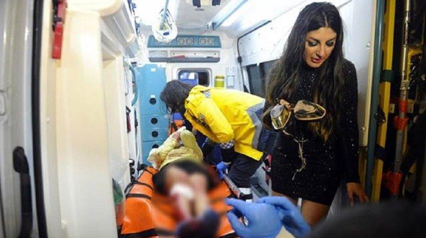 Uno de los heridos es trasladado en ambulancia