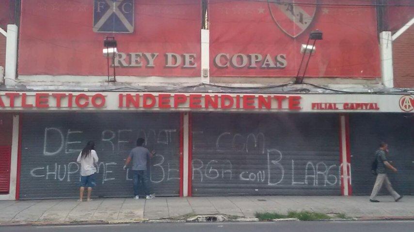 Pintadas en la sede porteña de Independiente<br>
