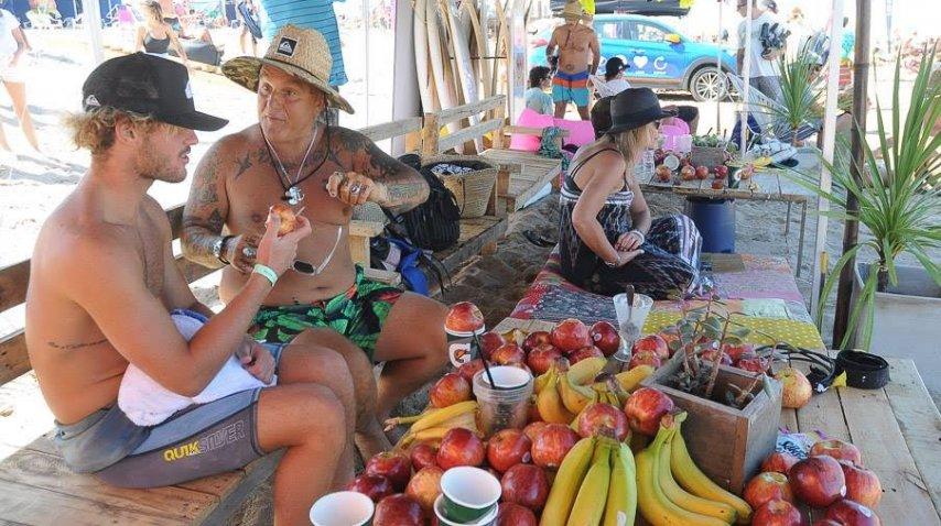 Sr Flavio, ex bajista de los Cadillacs, estuvo en el torneo porque compitió su hija y charló mucho de surf con Muñiz.