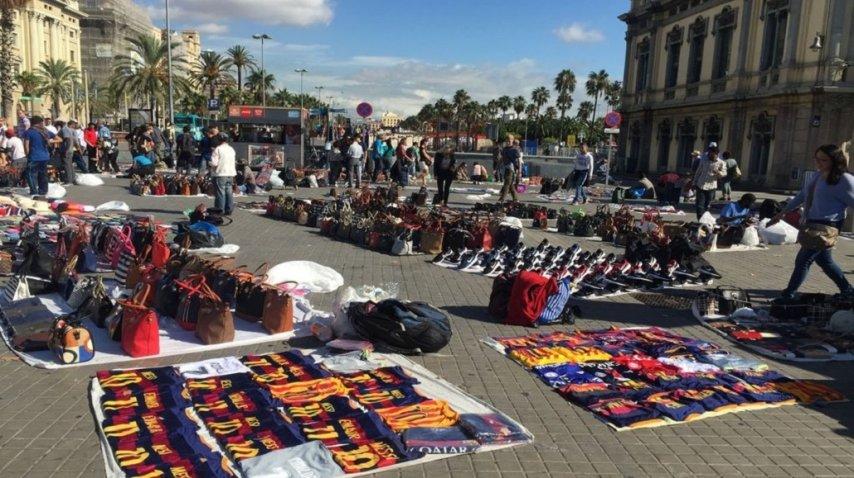 Camisetas con el 10 de Lionel Messi falsificadas son vendidas por los llamados