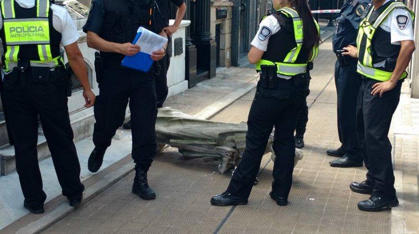 Un turista español sufrió traumatismo de tórax porque se le cayó encima una estatua del cementerio de la Recoleta.