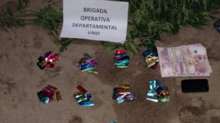 Envoltorios satinados con cocaína y dinero en efectivo