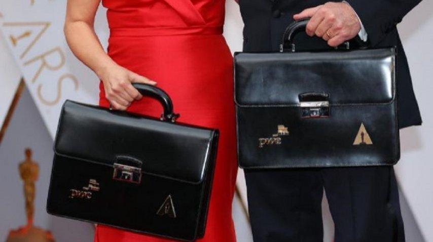 Martha Ruiz y Brian Cullinan portaban los maletines con los ganadores