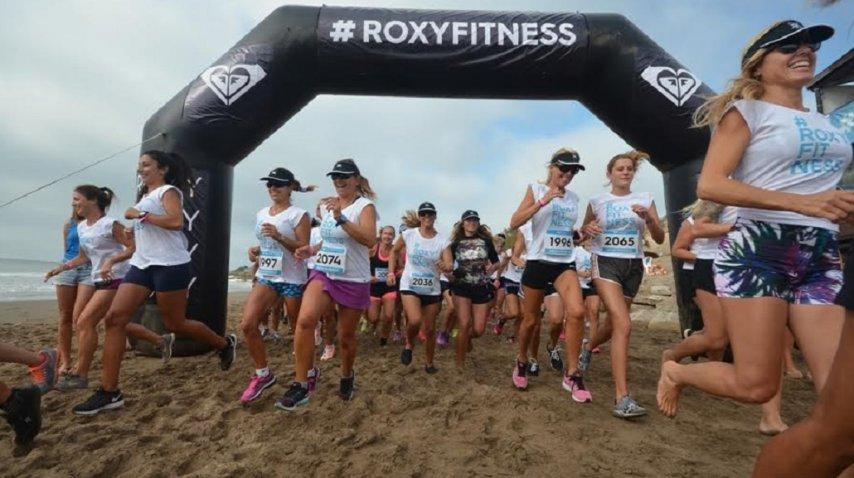 Las 200 chicas corrieron 2.3 kilómetros por la arena. Fue la primera actividad de la mañana. (Foto: Diego Yiorio)