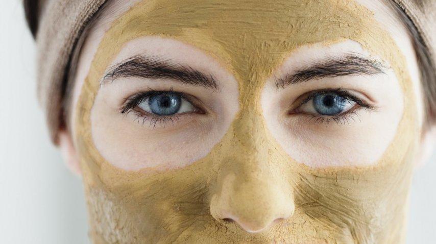 De barro que limpia la máscara para la persona