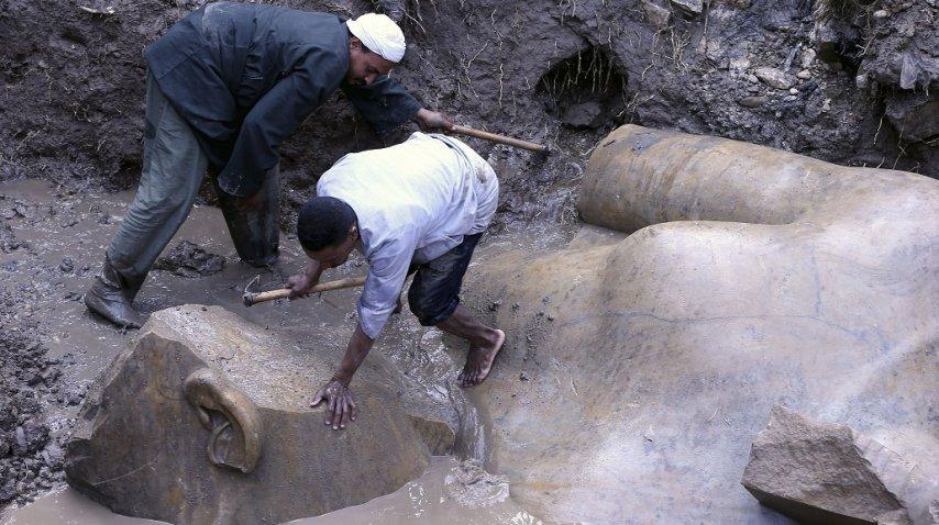 <p>Hallaron una estatua gigante que sería de Ramsés II</p>