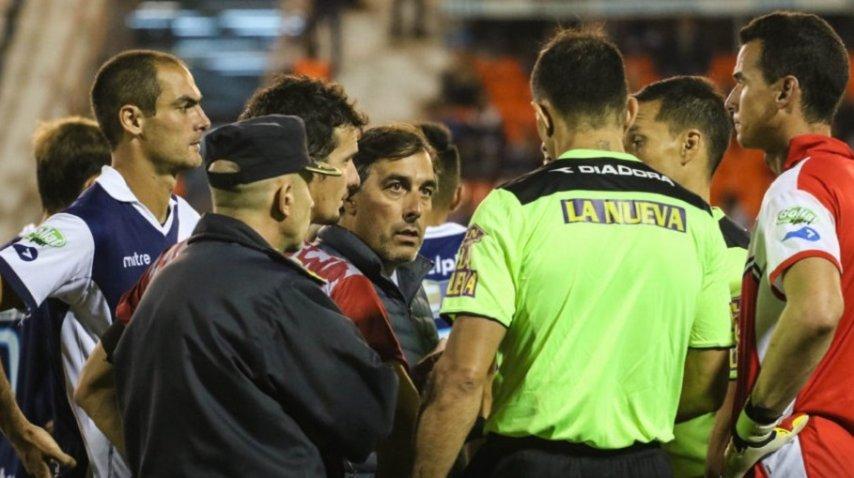 Futbolistas y árbitro tras la agresión