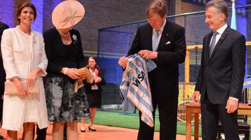 <p>Macri y Awada asistieron junto a los reyes de Holanda a una clínica de hockey que convocó a deportistas de ambos países.</p> <p></p>