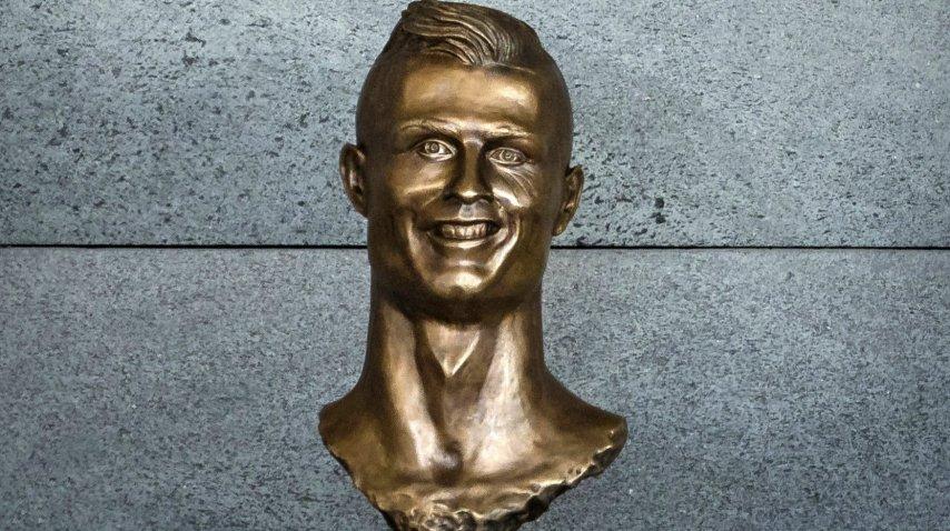 """El busto que le erigieron al ídolo en """"su"""" aeropuerto"""