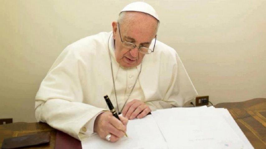 El Papa Francisco escribiendo una carta