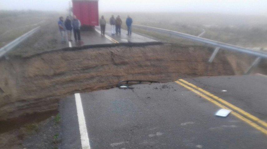 Se abrió una grieta en la ruta 3 y se tragó un camión