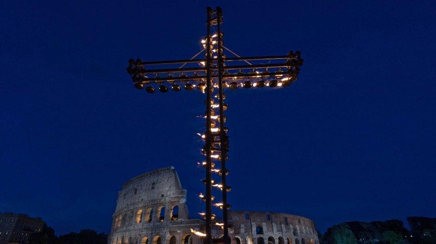 El Papa habló tras presidir el Vía Crucis<br>