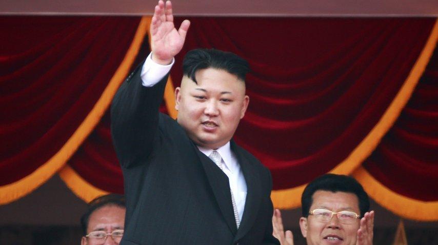 Kim Jong-Un saludando desde el palco en el Día del Sol de  Corea del Norte