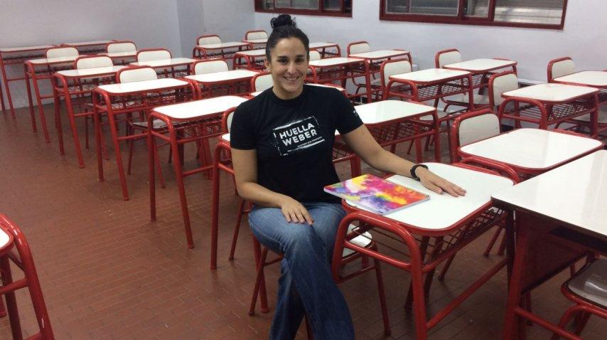 Giejo, sentada en el aula donde estudia periodismo<br>