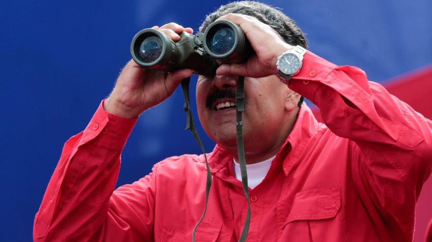 Nicolás Maduro observando con largavistas la marcha de los chavistas<br>