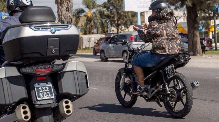 Se sacó delfies mientras manejada su moto - Crédito: El Tribuno/Javier Corbalán