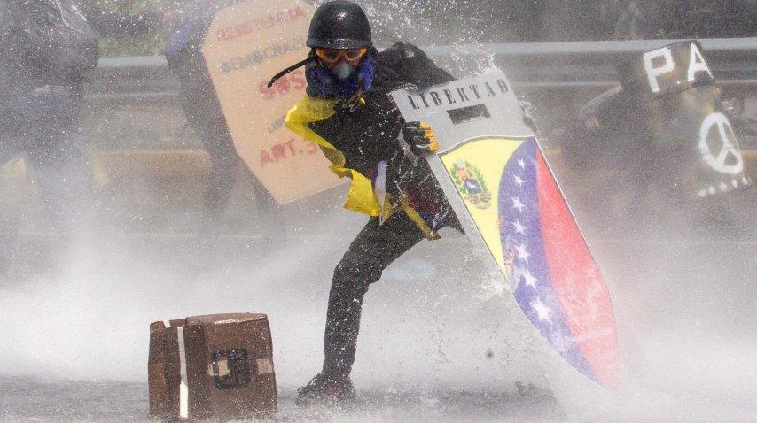 Manifestantes son dispersados con camiones hidrantes<br>