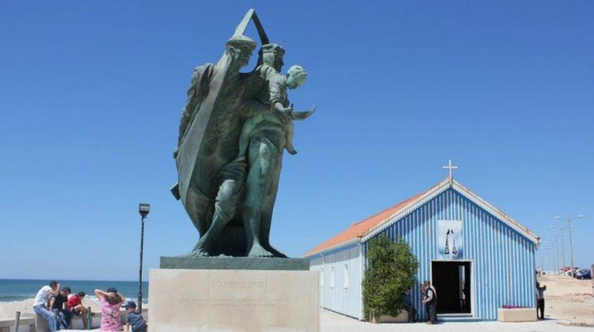 El Monumento al Pescador junto a la capilla de Praida de Mira<br>